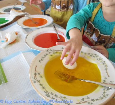 Briefly roll an egg in the salad dressing, remove and dry the Easter egg with a paper towel.